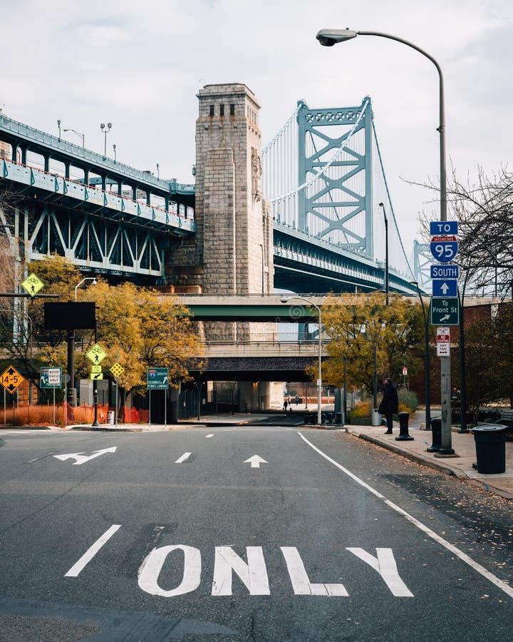 _biegowy Ulica i the Benjamin Franklin Most, w Filadelfia, Pennsylwania zdjęcia royalty free