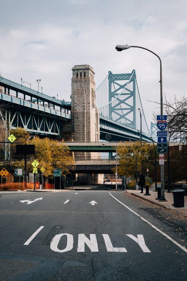 _biegowy Ulica i the Benjamin Franklin Most, w Filadelfia, Pennsylwania zdjęcie stock