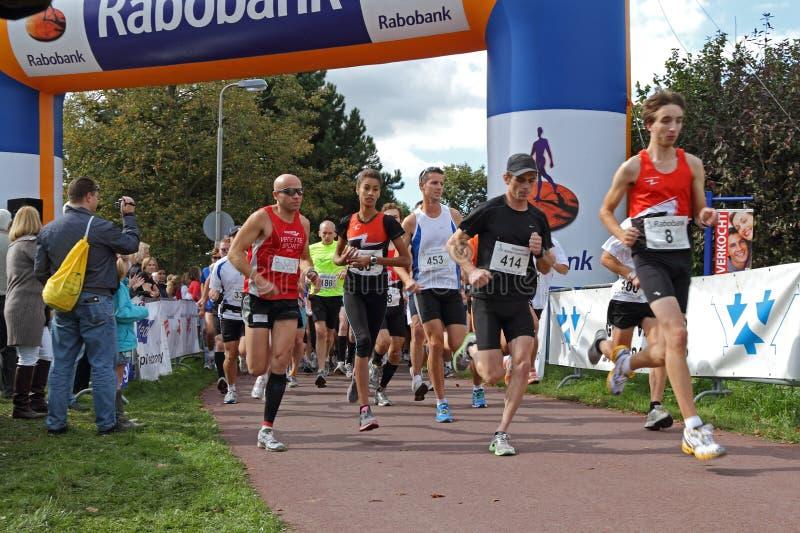 biegowy zaczynać biegaczów zdjęcie royalty free
