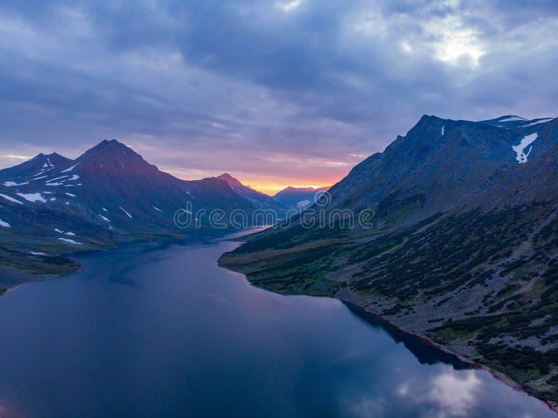 Biegunowi Urals, lato krajobraz na zmierzchu z górami, jezioro Hadata fotografia stock