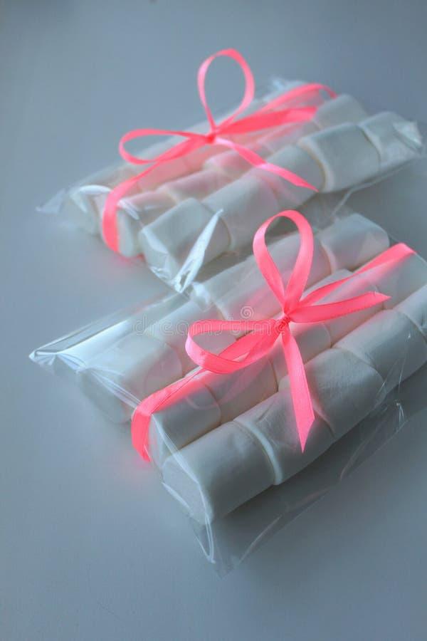 Biel żuć Marshmallows w torbie na białym tle z copyspace zdjęcia royalty free