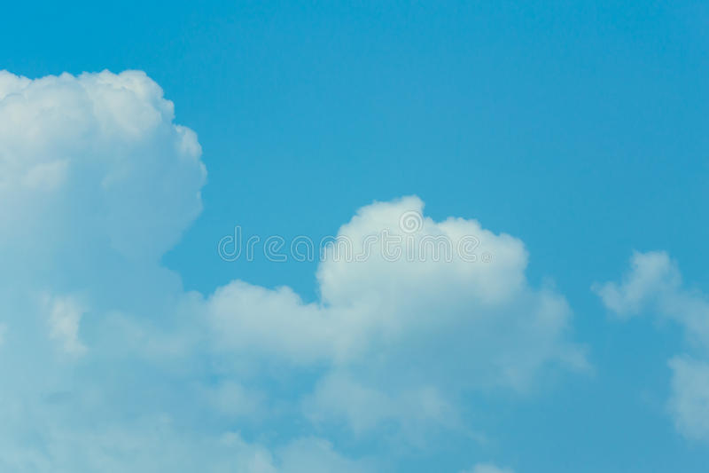 Biel Chmurnieje Jasnego dzień fotografia stock