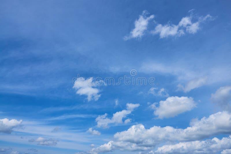 Biel chmurnieje na jaskrawym s?onecznym dniu zdjęcie royalty free