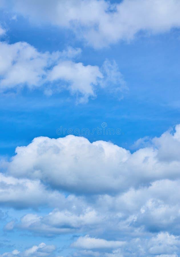 Biel chmurnieje na jaskrawym s?onecznym dniu fotografia royalty free