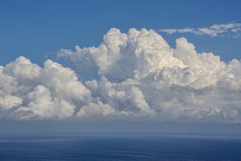 Biel Chmurnieje Nad Czarnym morzem obraz stock