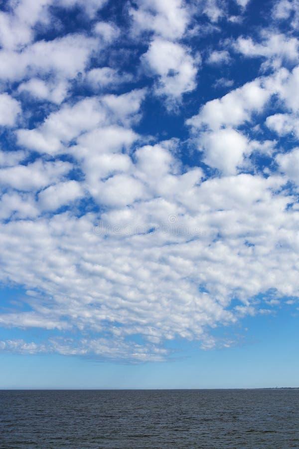 Biel chmurnieje nad morzem bałtyckim. zdjęcia royalty free