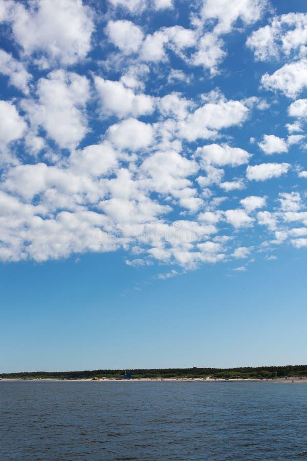 Biel chmurnieje nad morzem bałtyckim. obrazy royalty free