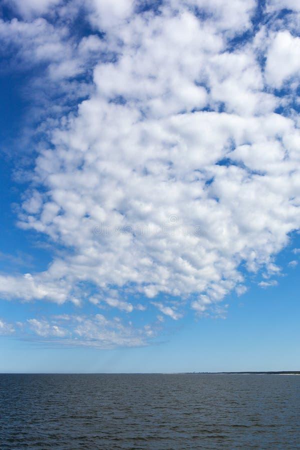 Biel chmurnieje nad morzem bałtyckim. zdjęcie stock