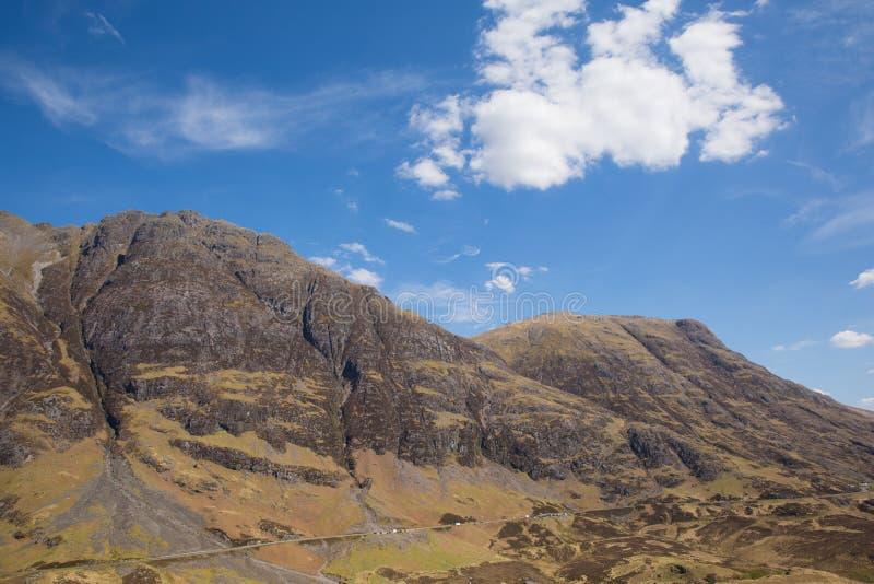 Biel chmurnieje nad Szkockimi górami w wiośnie z światła słonecznego Glencoe Szkocja UK stunning piękną Szkocką roztoką w Lochabe zdjęcie stock