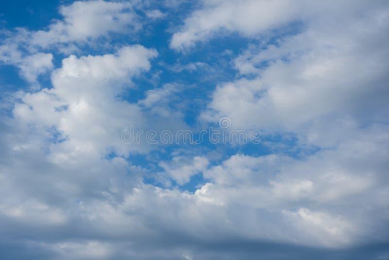 Biel chmurnieje przeciw niebieskiemu niebu, niebieskie niebo z chmury tłem zdjęcia stock