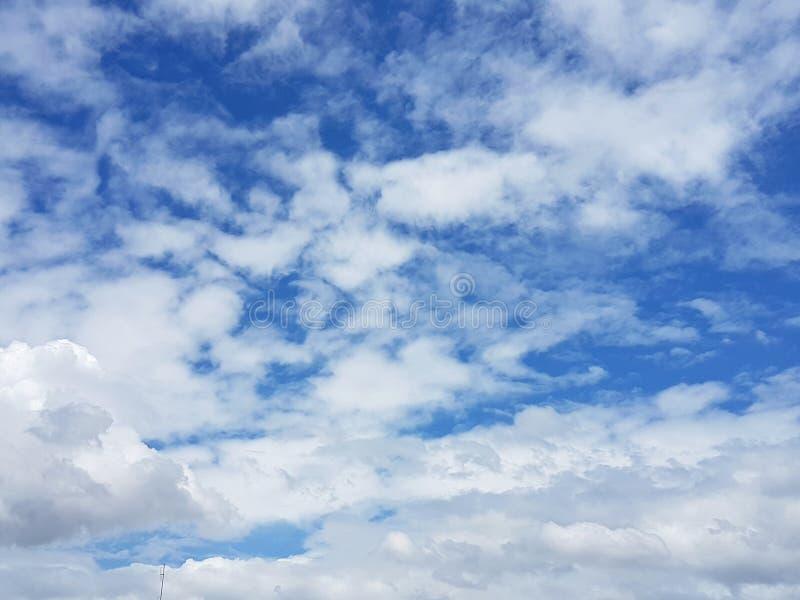 Biel Chmurnieje przy Dużym niebem zdjęcia royalty free