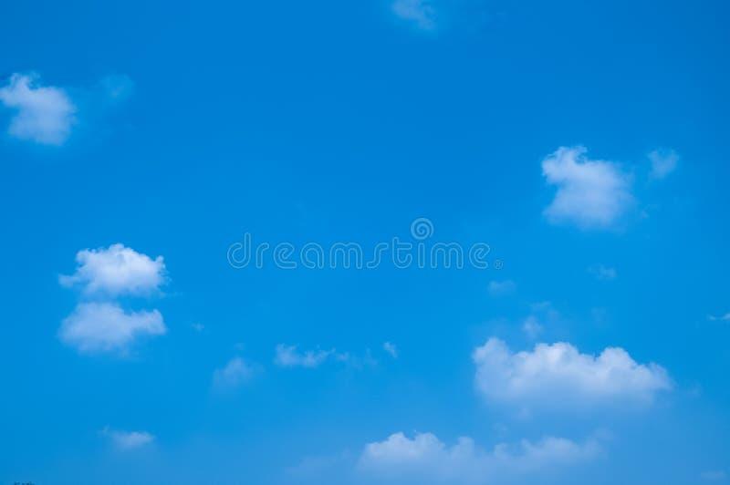 Biel chmury krajobraz na tle zdjęcie royalty free