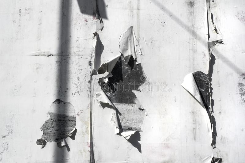 Biel drzejący papier na ścianie zdjęcia royalty free