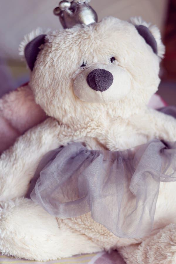 Biel faszerująca zabawka w łóżkowym pokoju fotografia royalty free