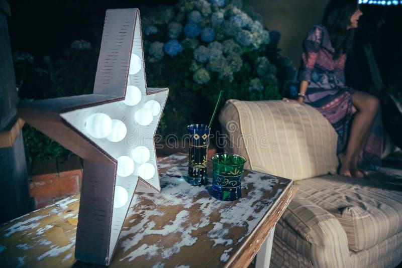 Biel gwiazdowa lampa z żarówkami nad stołem obrazy stock