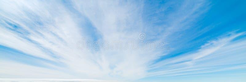 Biel i niebieskie niebo obrazy stock