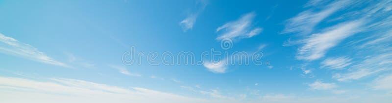 Biel i niebieskie niebo zdjęcia stock