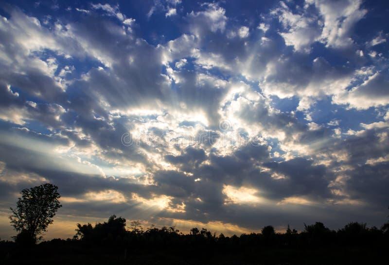 Biel i popielate puszyste chmury w niebieskim niebie z rankiem zaświecamy obrazy stock