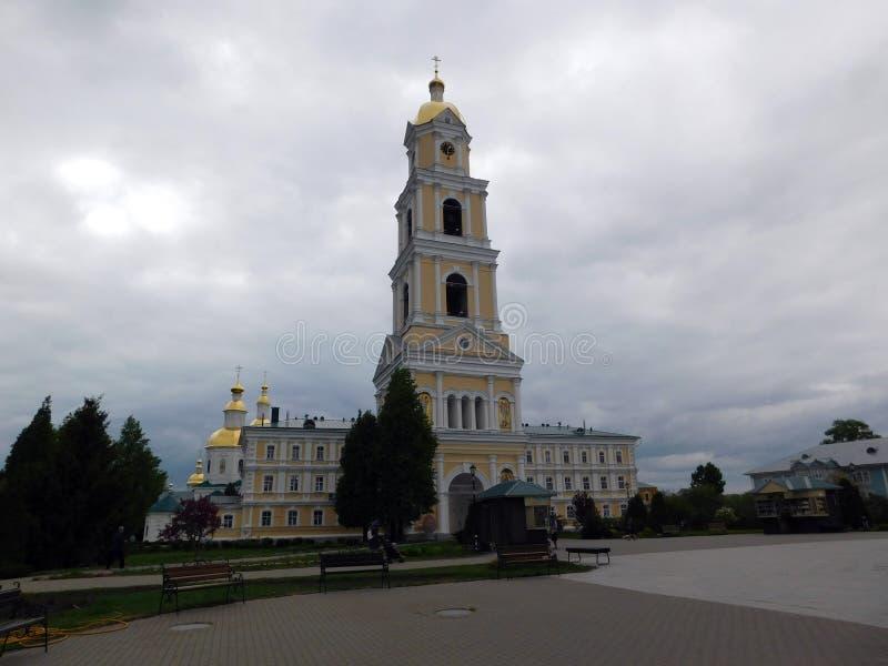 Biel Kamienna kaplica na monasteru terytorium obraz stock