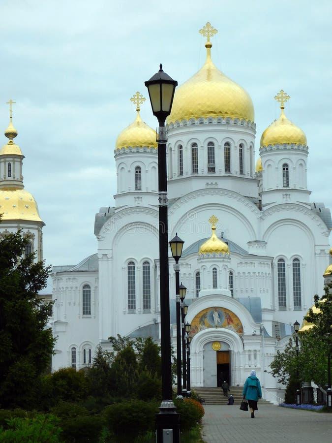 Biel Kamienna katedra na zielonej alei zdjęcie royalty free