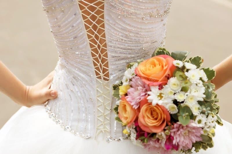 Biel koronkowa gorsetowa ślubna suknia panna młoda i bridal bukiet obrazy royalty free