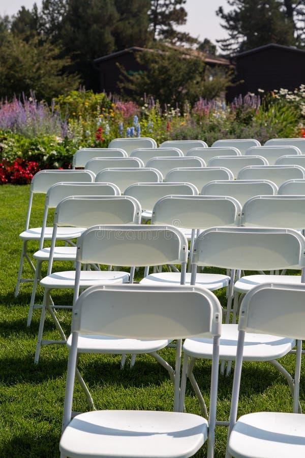Biel krzesła w ogródzie obrazy stock