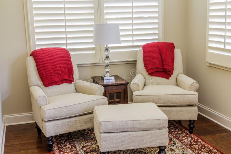 Biel krzesła z Czerwonymi rzutami zdjęcie royalty free