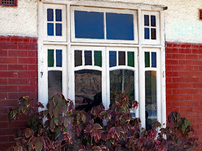 Biel Malująca drewno rama Windows na cegła domu obraz royalty free