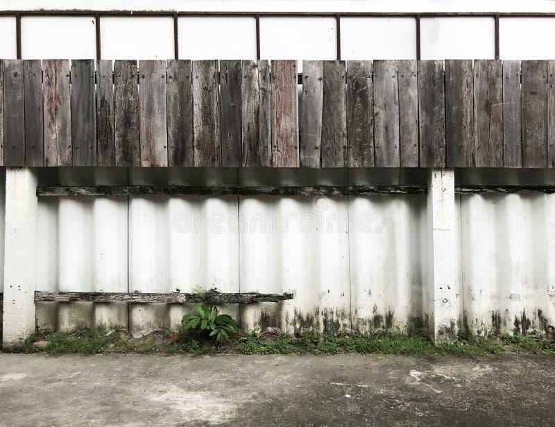 Biel malujący cementowej i drewnianej deski ogrodzenia tekstury wzór na dom ściany powierzchni tle Szczegółu tło, abstrakcjonisty zdjęcia stock