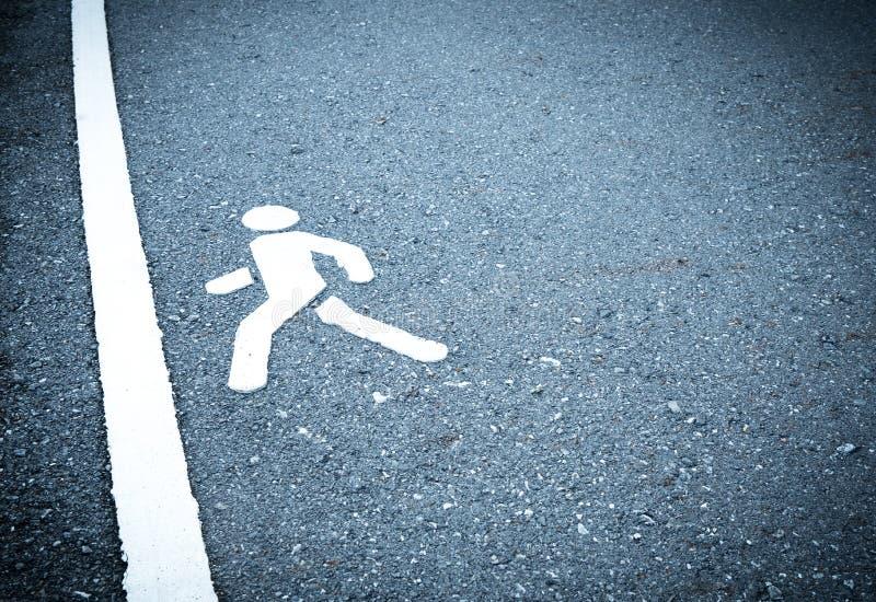 Biel malujący znak na asfalcie Ludzie iść kroczyć w metę No jest przestraszony kroczyć nad przeszkody pojęciem zdjęcie stock