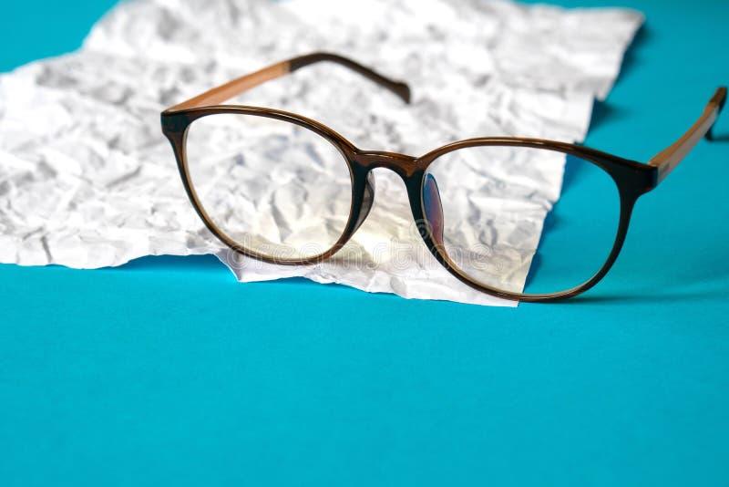 Biel miący papierowy i błękitny papier eyeglass zdjęcie royalty free