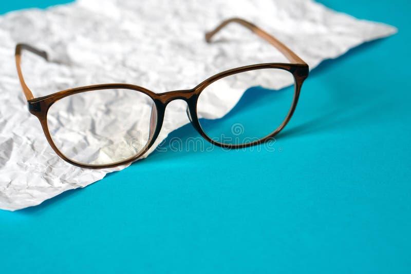 Biel miący papierowy i błękitny papier eyeglass obrazy royalty free