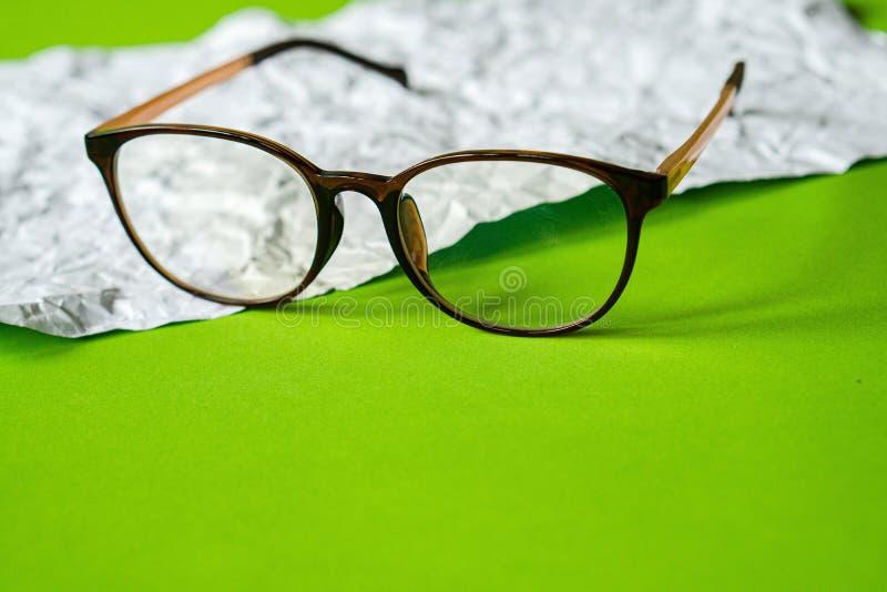 Biel miący papierowy i zielony papier eyeglass zdjęcia stock