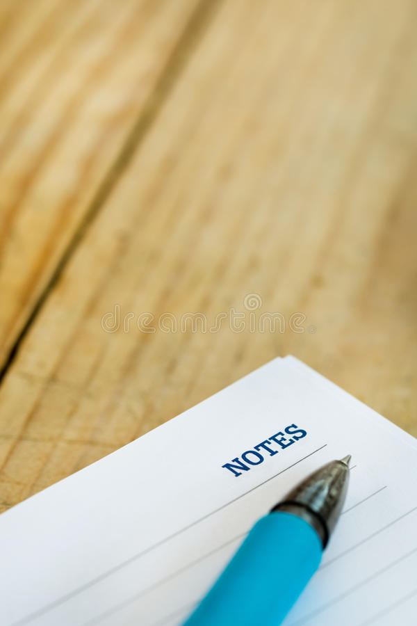 Biel notatka z notatki słowem nad nieociosanym drewnianym tłem obraz stock
