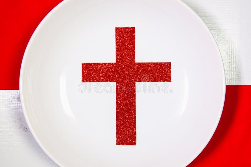 Biel półkowa i czerwona Bożenarodzeniowa dekoracja na białym drewnianym stole obraz royalty free