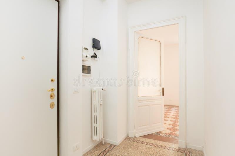 Biel, pusty wejście w odnawiącym mieszkania wnętrzu zdjęcia stock