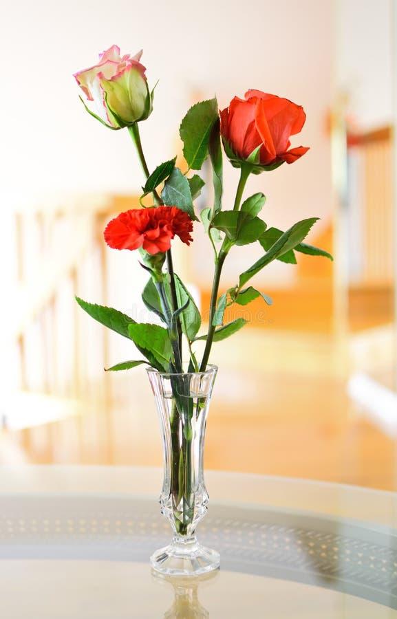 Biel róża, czerwieni róża, czerwony goździk fotografia royalty free
