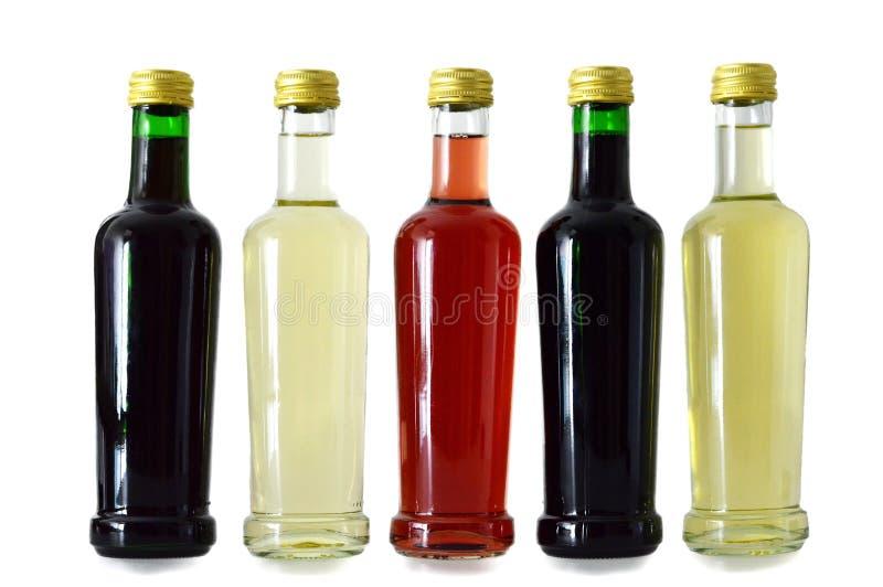 Biel, róża i czerwone wino butelki na bielu, zdjęcia stock