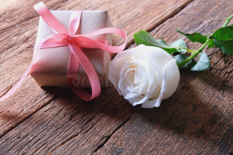 Biel róża i minimalny prezenta pudełko na rocznika drewnianym stole kochanka pojęcie Doskonalić dla Valentine& x27; s tło kosmos  obrazy royalty free