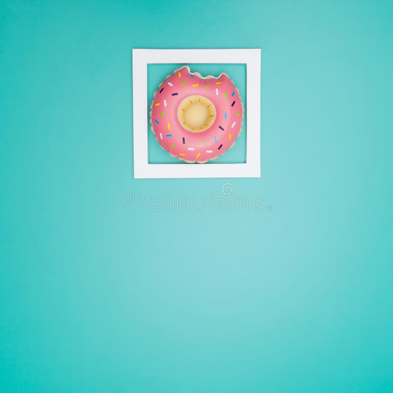 Biel rama z zabawkarskimi pączkami zdjęcie stock