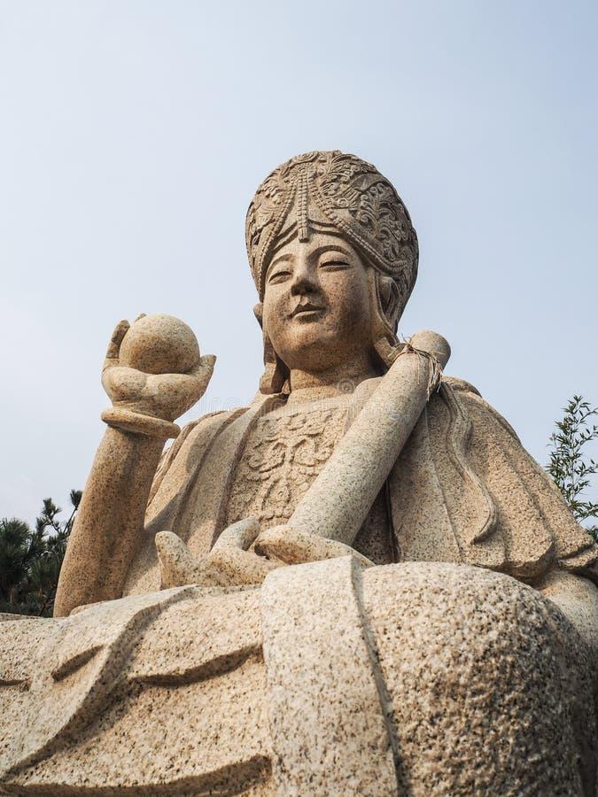 Biel rzeźbiąca buddyjska rzeźba na halnym Laoshan zdjęcia royalty free