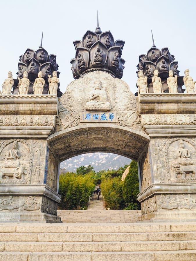 Biel rzeźbił buddyjskiego archway przy Yanku scenicznym terenem obraz stock