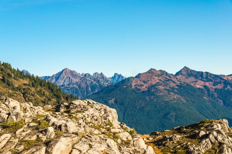 Biel skała, widok w artysty punkcie wycieczkuje teren, sceniczny widok w Mt piekarz zdjęcie stock