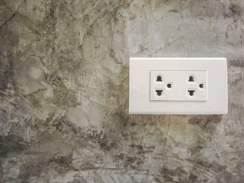 Biel wtyczkowa nasadka na Cementowej ścianie obrazy royalty free