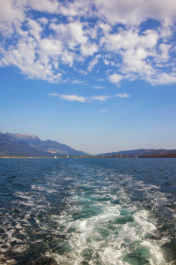 Biel wzory na błękicie Podobieństwo chmury w niebie i fala na wodzie obrazy royalty free