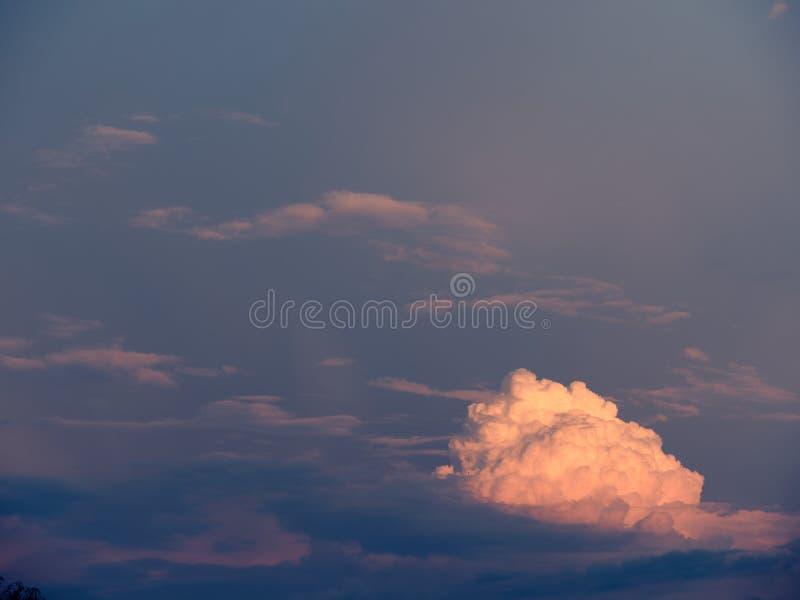 Biel za?wiecaj?ca chmura przeciw ciemnemu niebu zdjęcia royalty free