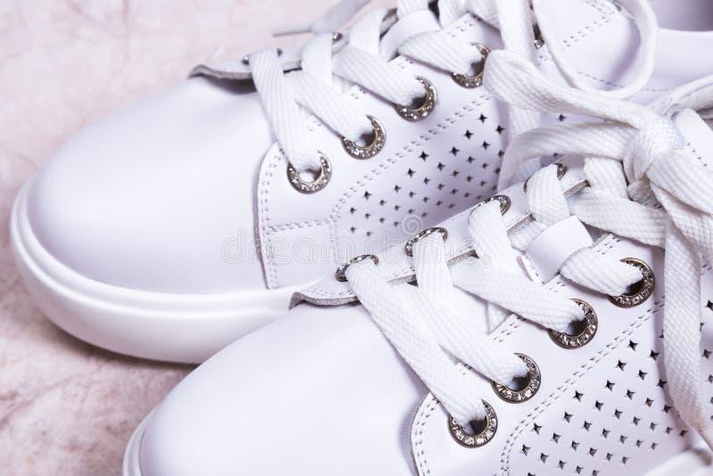 Biel zasznurowywający sneakers zakończenie obrazy royalty free