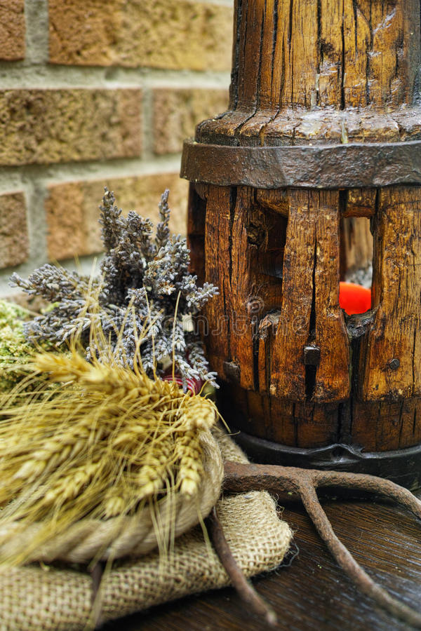 Bieldo antiguo y eje de rueda de madera en el saco de la arpillera fotos de archivo