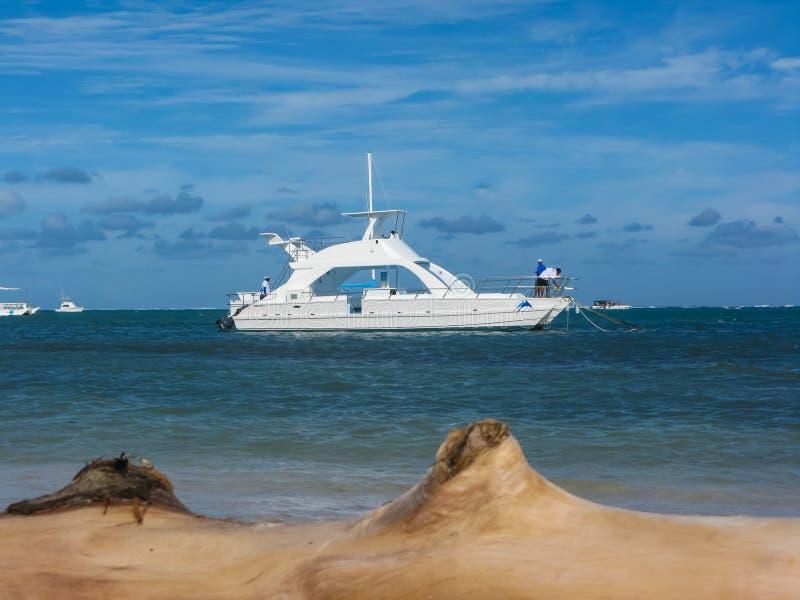 Bieleć motorowego jacht na drogach w republice dominikańskiej zdjęcie royalty free