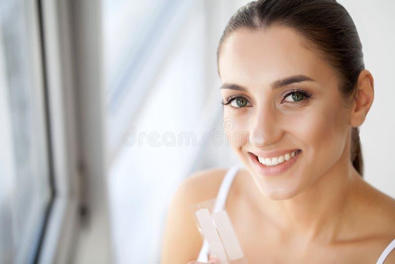 bieleć zębów Zbliżenie portret Piękny Szczęśliwy Uśmiechający się Ciebie zdjęcia royalty free